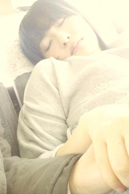 あおいの手握って寝てる指原さん(๑ºั罒ºั )ヒヒ♡*